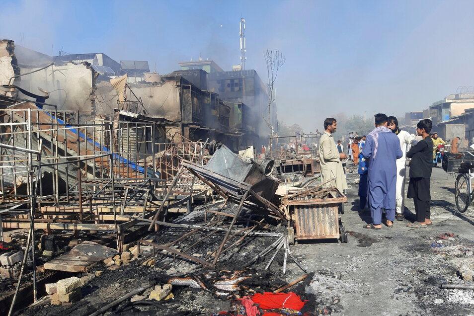 Kundus: Menschen inspizieren die Trümmer von Geschäften, die bei Kämpfen zwischen den Taliban und afghanischen Sicherheitskräften zerstört wurden.