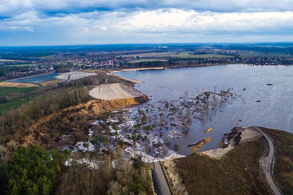 Der von der Rutschung betroffene Teil am Ostufer des Knappensees. Links im Bild ist Koblenz zu erkennen, rechts im Bild Groß Särchen.