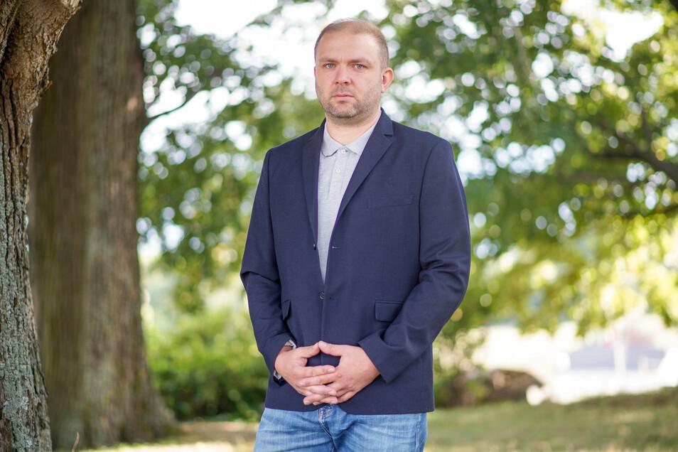 Alexander Zapke (42) ist Angestellter. Er ist verheiratet und fünffacher Familienvater. Er verbrachte seine Kindheit und Jugend in Steinigtwolmsdorf. Jetzt lebt er mit seiner Familie in Weißnaußlitz.