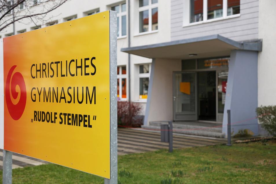 Am Christlichen Gymnasium in Riesa hat sich am Mittwochvormittag ein Coronafall bestätigt. Es war der erste im Kreis Meißen - und der erste an einer Schule in Sachsen.