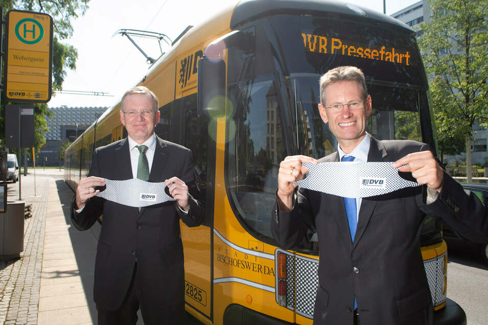 Ordnungsbürgermeister Detlef Sittel und DVB-Vorstand Andreas Hemmersbach (v.l.) berichteten am Freitag, wie die Dresdner die Maskenpflicht in Bussen und Bahnen einhalten.