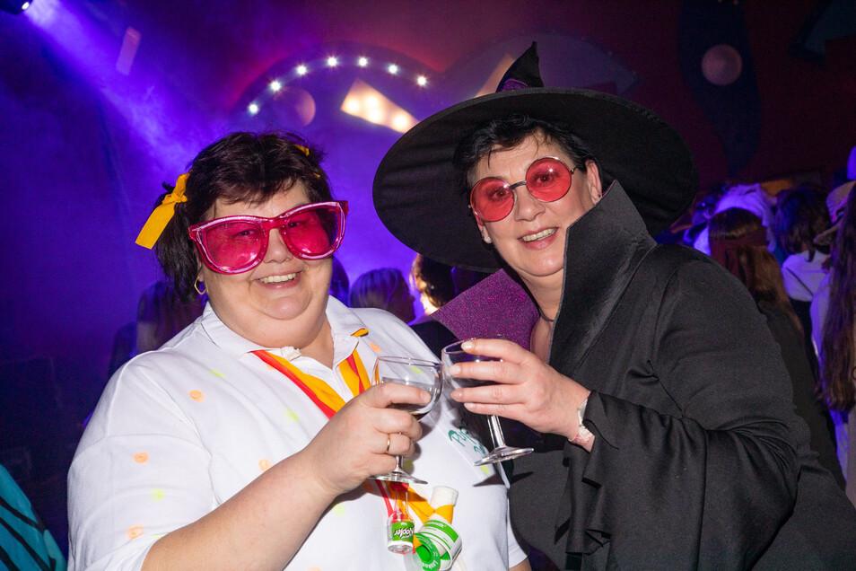 Der Weiberfasching in Bischofswerda war wieder ein Hit. Heike Hartmann (links) und Katja Künzel aus Schönbrunn feierten mit.