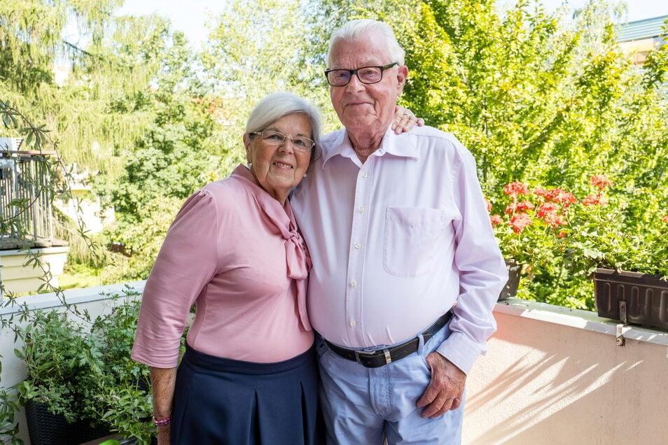 Hannelore und Heinz Weyrauch auf ihrem Balkon in Görlitz nahe der Hochschule. Am heutigen Sonnabend feiern sie Eiserne Hochzeit.
