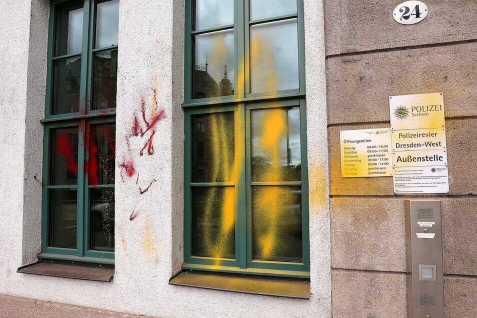Unbekannte haben in Dresden-Pieschen eine Dienststelle der Polizei beschmiert.