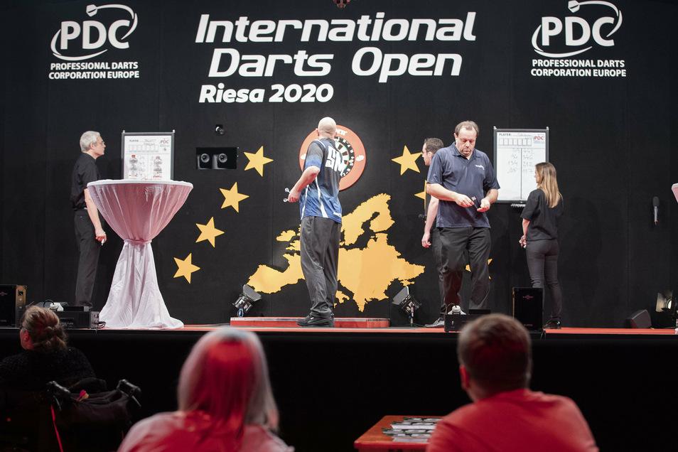 In der Sachsenarena Riesa finden bis Sonntag die International Darts Open statt. Hier ein Foto vom Freitag zwischen den beiden Briten Scott Marsh (Mitte beim Werfen) und Jason Lowe (r.).