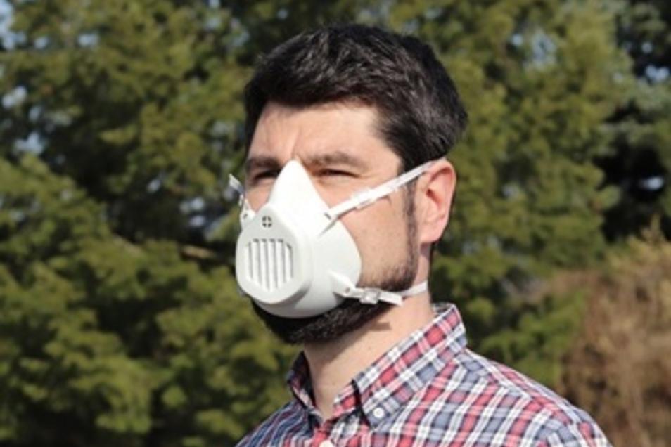 Professor Sebastian Scholz mit einer Schutzmaske aus dem 3D-Drucker.