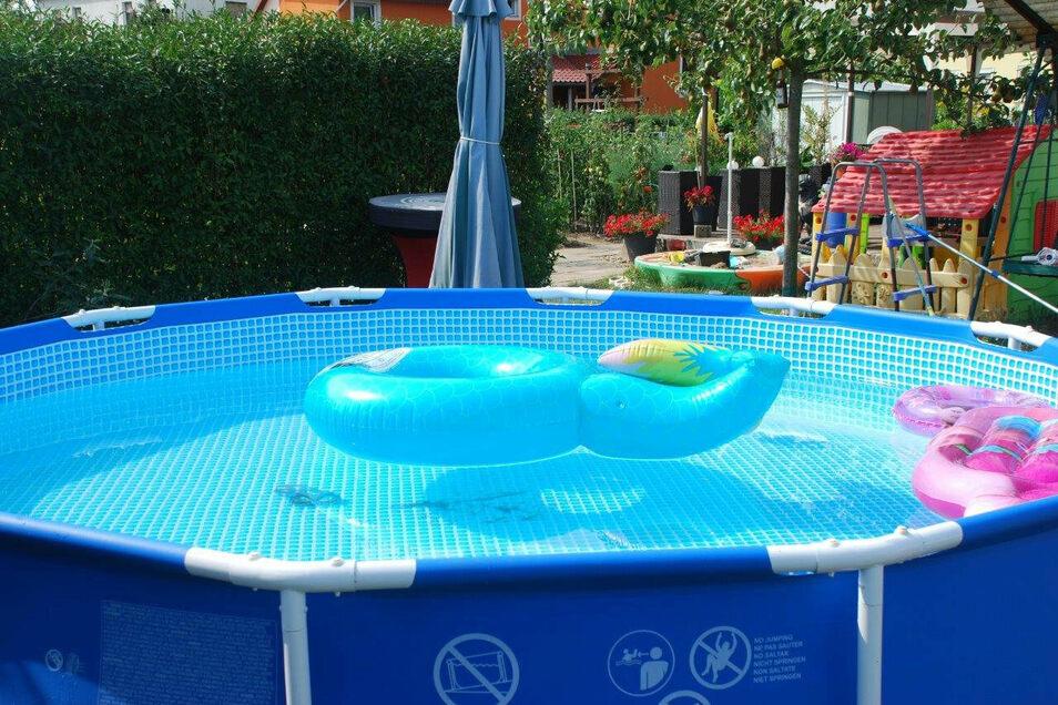 In welcher Kleingartenanlage dieser Pool steht, soll ungenannt bleiben, um den Pächtern keinen Ärger zu bereiten. Denn er ist eigentlich zu groß.