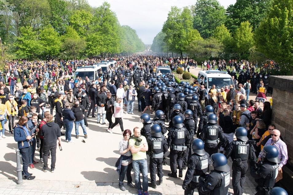 Vor dem Rudolf-Harbig-Stadion am Eingang zum Volkspark Großer Garten eskalierte am 16. Mai die Situation.