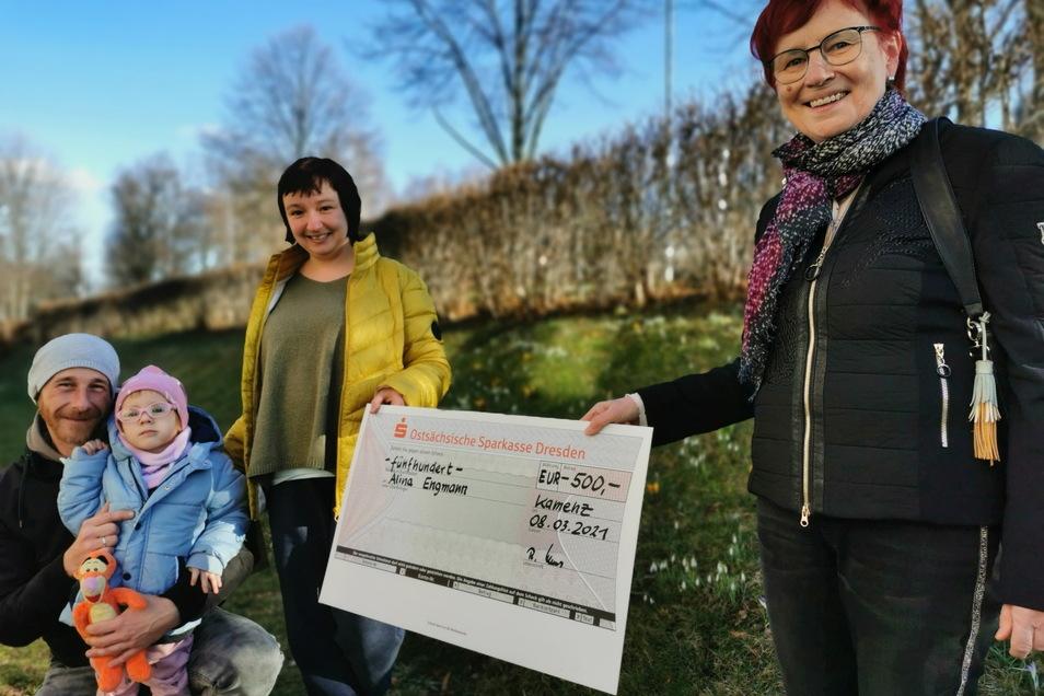 Regina Klaus, Präsidentin des Rotary Clubs Kamenz (r.), überreicht einen Scheck über 500 Euro an Familie Engmann aus Kamenz. Tochter Alina (4) ist unheilbar krank. Ihre Eltern Marcel und Constanze Engmann sammeln für einen Assistenzhund.