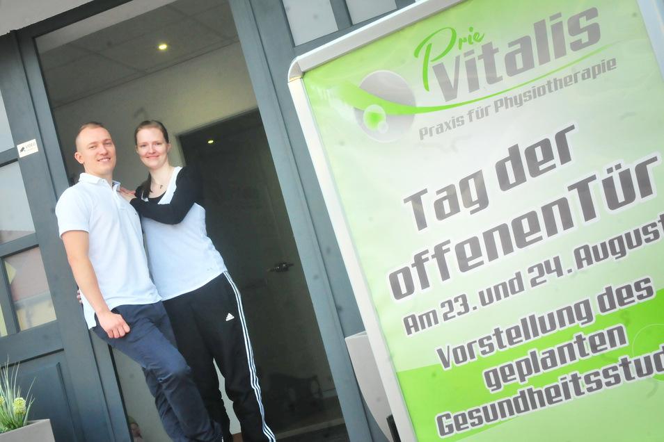 Christin Ulbricht und Robert Senftleben am Eingang zu ihrer Physiotherapie-Praxis in Priestewitz.