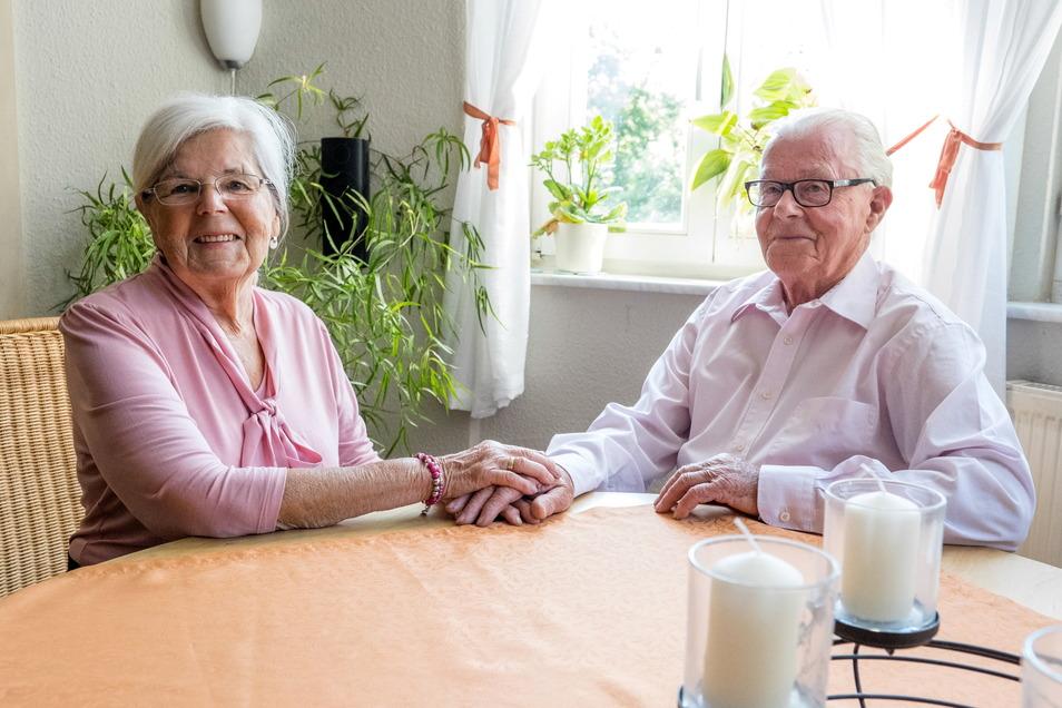 Hannelore und Heinz Weyrauch in ihrer Wohnung.