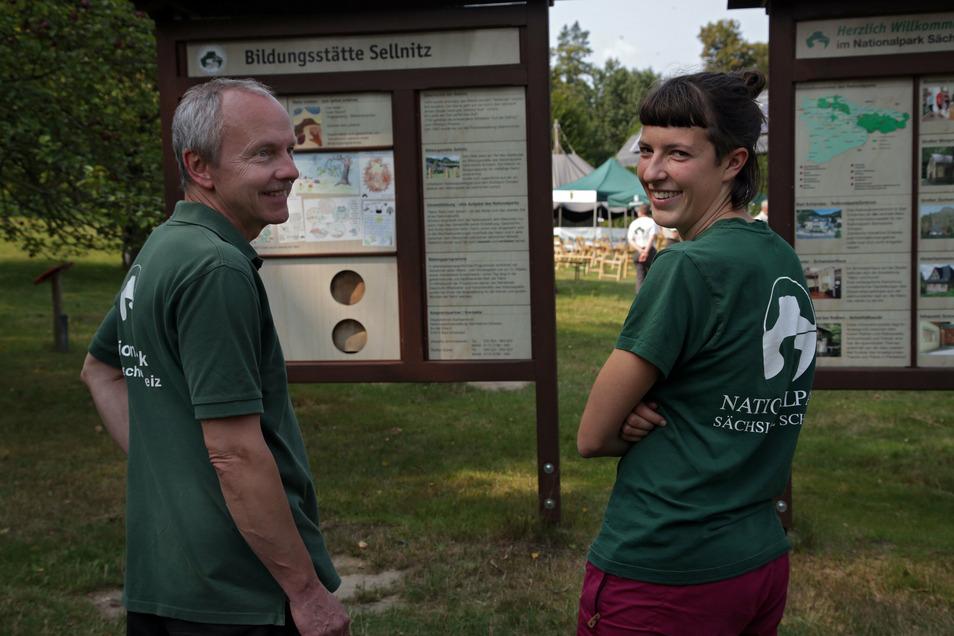 Nationalparkwacht-Mitarbeiter Steffen Elsner, Praktikantin Elise Canzler. Wer Junior-Ranger wird, hat Verständnis für die Regeln im Schutzgebiet.