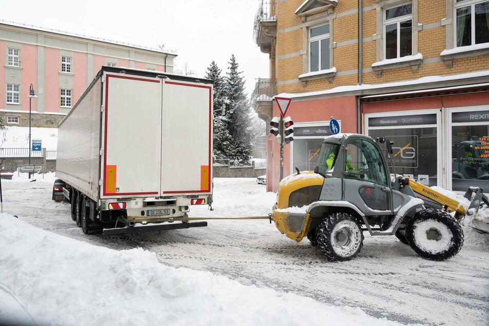 Der Sattelschlepper war die abschüssige Rathenaustraße heruntergerutscht und hatte die Kreuzung am Brauereiberg blockiert. Florian Müller und sein Mitarbeiter schleppten den Lkw mit ihrem Radlader ab.