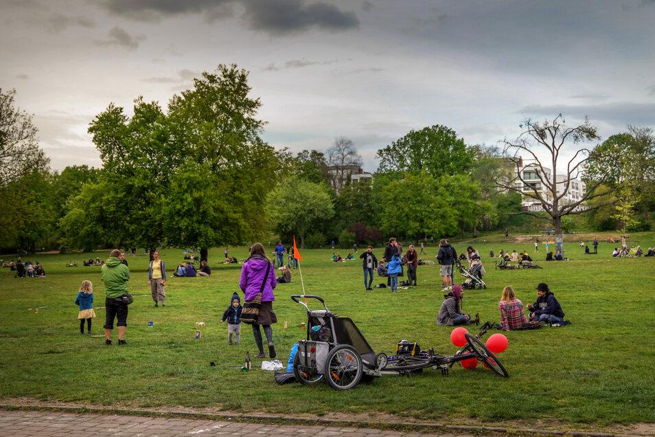 Am Wochenende tummeln sich die Menschen im Alaunpark in der Neustadt