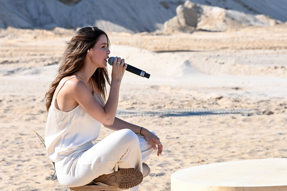 """Die 30-Jährige trägt auch im Musikvideo zu ihrem aktuellen Song """"Strip"""" Teile der Kollektion."""