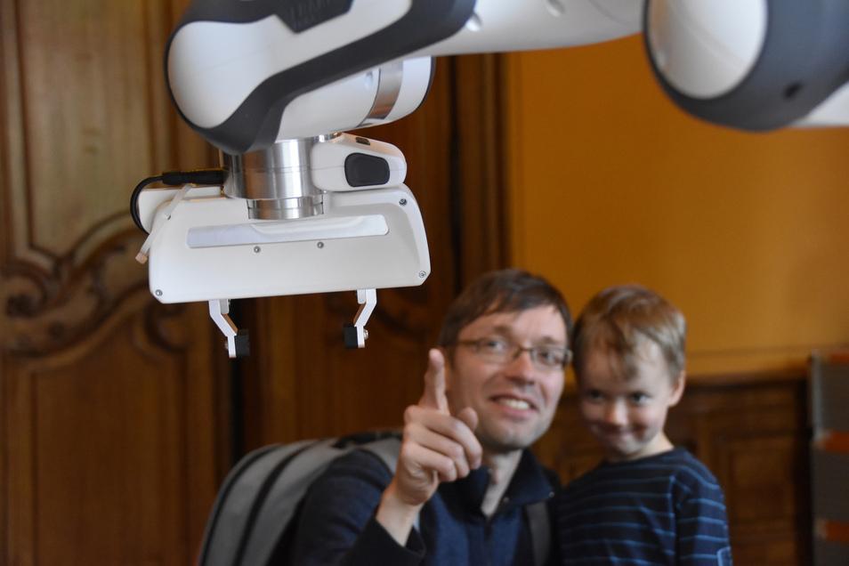 Wie arbeiten vernetzte Roboter? Das können Besucher beim Open Lab des Barkhausen-Instituts am 14. Juni selbst ausprobieren.