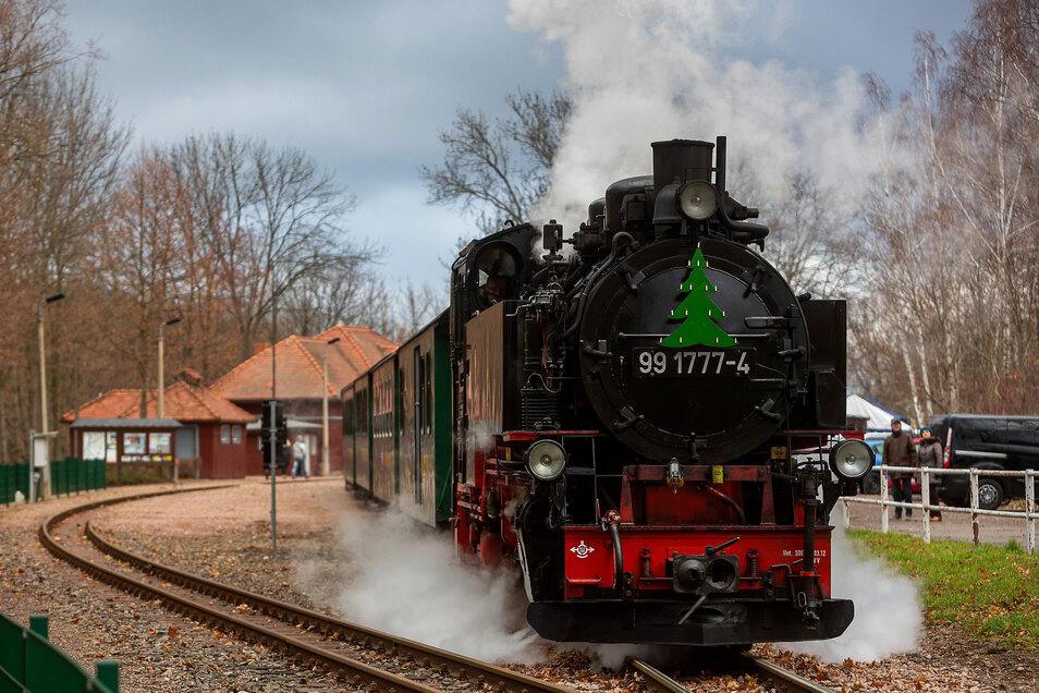 Ein weihnachtlich geschmückter Zug verlässt den Bahnhof in Malter.