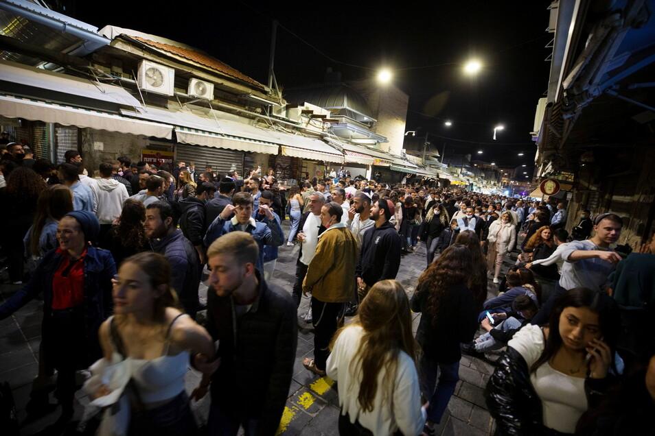 Ja, dieses Bild ist in dieser Woche entstanden: Menschen feiern den Unabhängigkeitstag auf dem Mahane Yehuda Markt in Jerusalem.