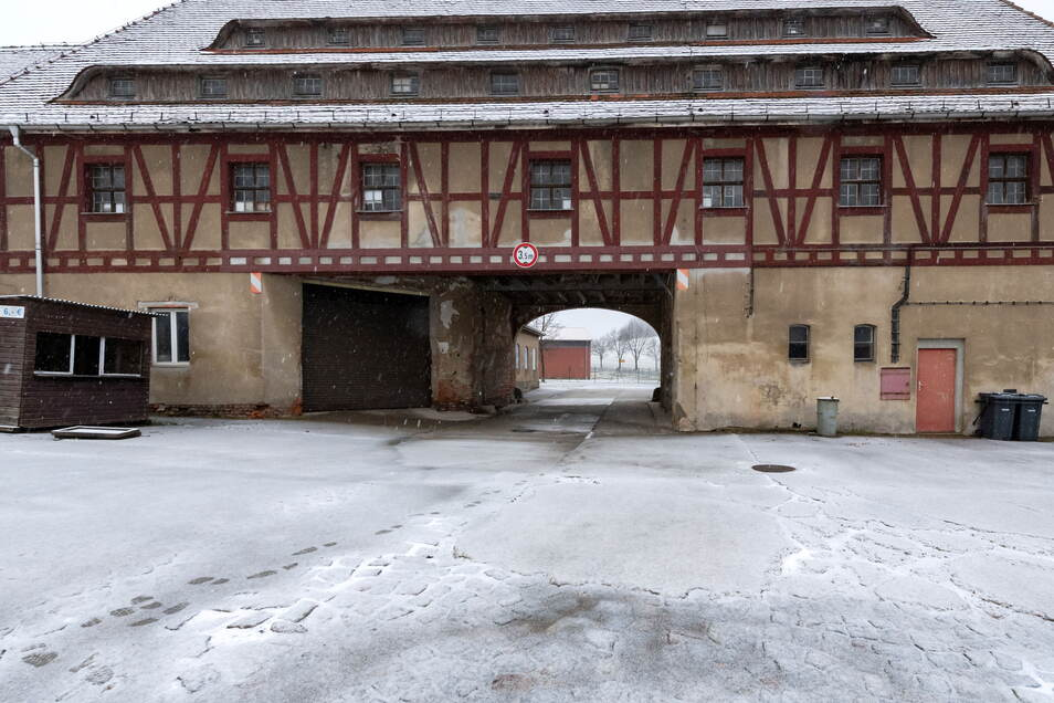 Das denkmalgeschützte Torbogengebäude dient derzeit als städtischer Lagerplatz für alles mögliche.