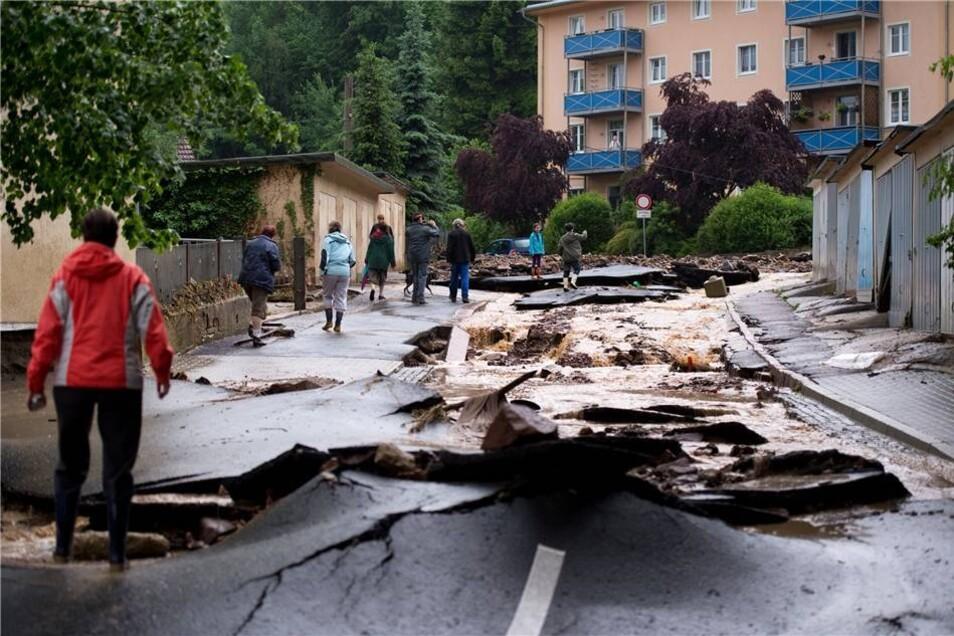 Diese Straße  in Meißen ist total zerstört.