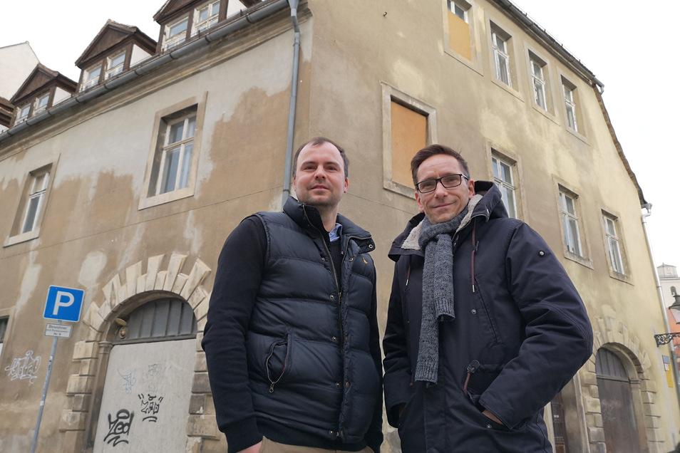 """Eine von über 30 Maßnahmen, für die Zittau jetzt Förder-Millionen beantragt: Martinus van Paridon (rechts), Christian Kunath vom Burger-Restaurant """"Mr. Bales"""" und weitere Mitstreiter wollen die Breite Straße 2 sanieren."""