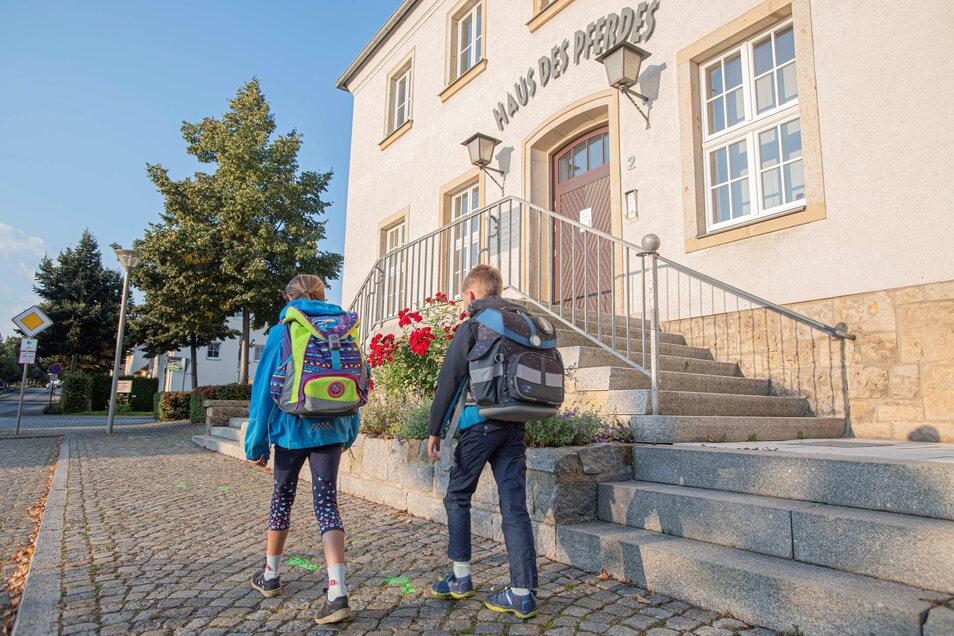 Grüne Fußtapsen sollen den Grundschülern den Weg von der Bushaltestelle, vorbei am Haus des Pferdes bis zur Grundschule in der Schulstraße weisen.