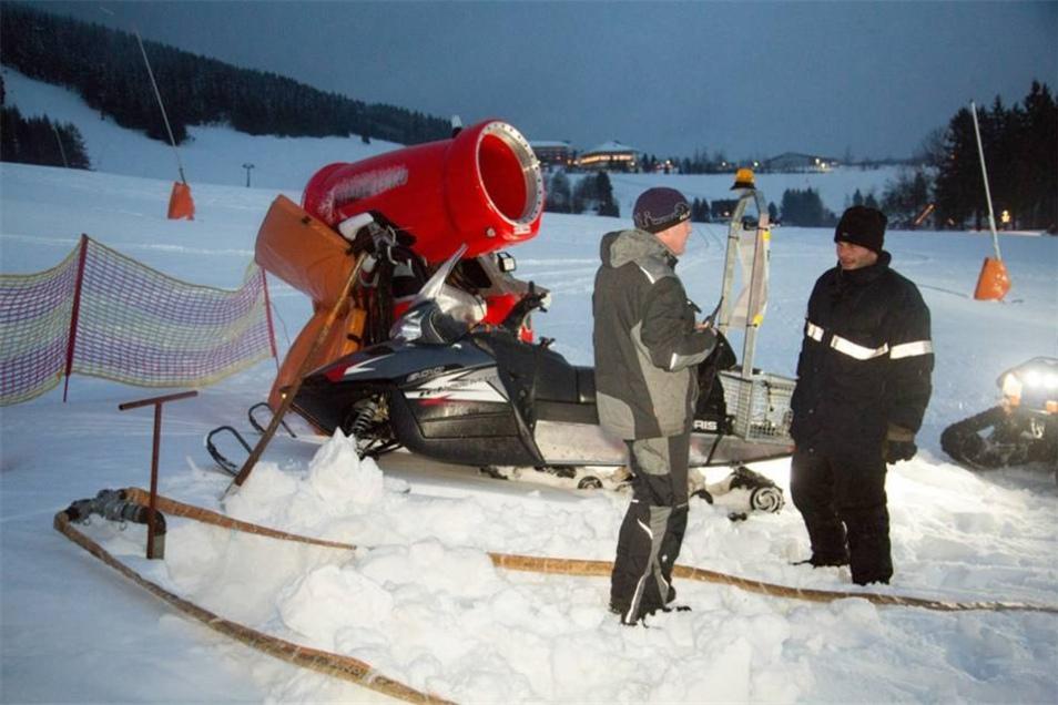 Um die Löschwasserversorgung sicherzustellen, wurde eine Verbindung von den Schneekanonen zu den Feuerwehrfahrzeugen aufgebaut.