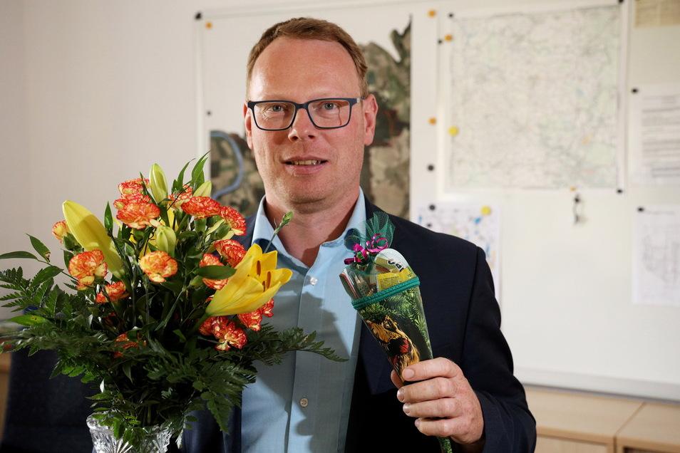 Zeithains neuer Bürgermeister Mirko Pollmer freut sich über die herzliche Begrüßung an seinem ersten Arbeitstag im Rathaus.