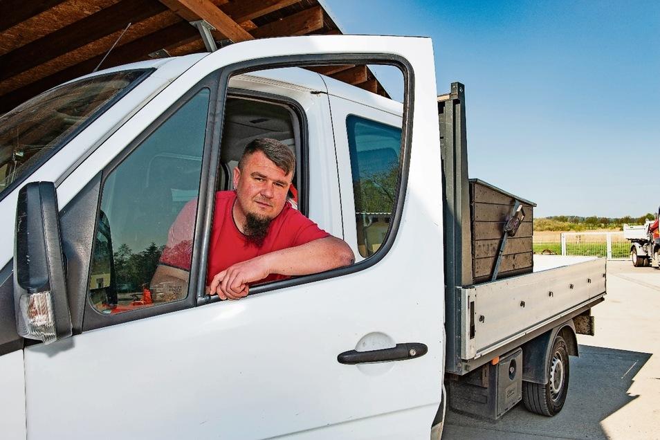 Matthias Menzel aus Kraußnitz hat zehn solcher Pritschenwagen in seiner Firma. Jetzt hat der Zoll sie einfach als Pkw eingestuft und will mehr Geld.