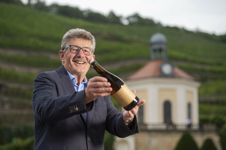 Weinküfer Konrad Scheerbaum mit dem seltenen Fund aus dem Weinkeller von Schloss Wackerbarth