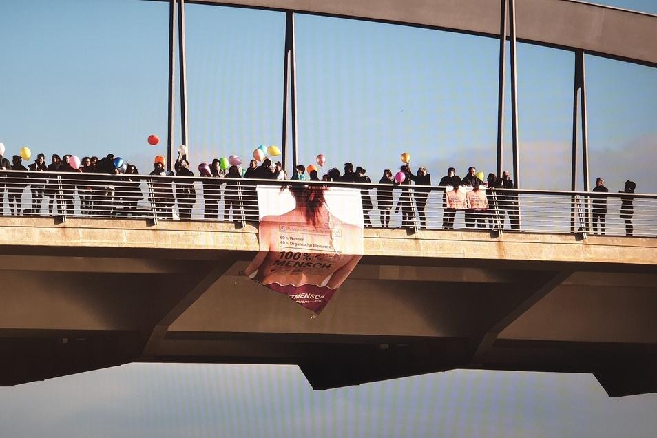 Das Bündnis gegen Rassismus versammelt sich auf der Waldschlößchenbrücke. Auch die Polizei war vor Ort.