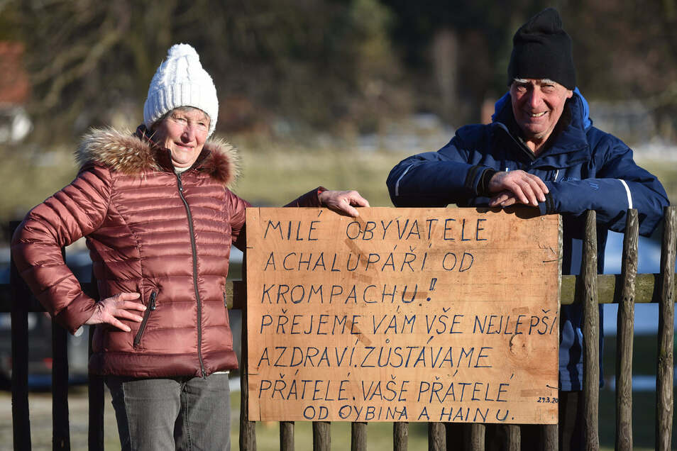 Heidrun und Siegfried Hänsch aus Oybin mit ihrem Schild am Zaun der Kammbaude.
