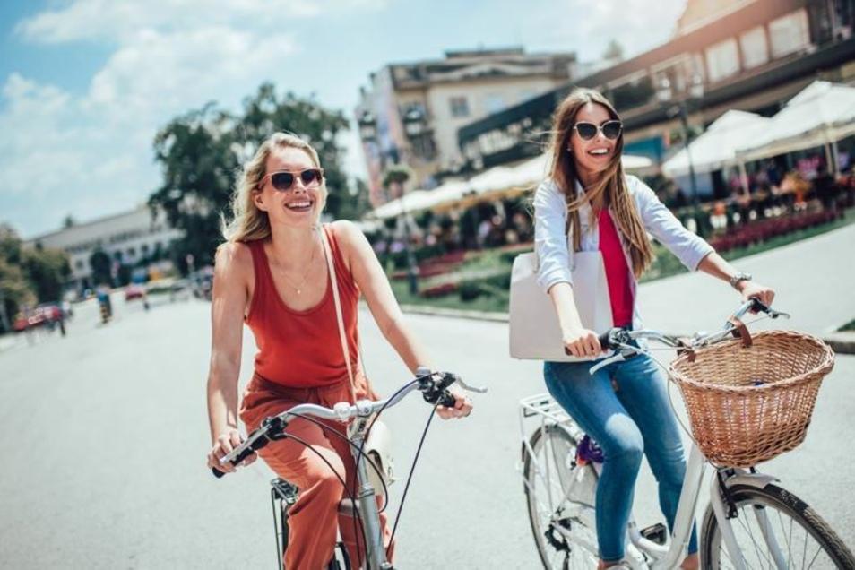 Mehr Bewegung in den Alltag integrieren – einfach mal mit dem Rad in die Stadt fahren.