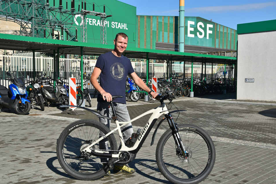 Bei Feralpi Stahl in Riesa können Mitarbeiter wie Ronny Menzel jetzt Dienstfahrräder nutzen.