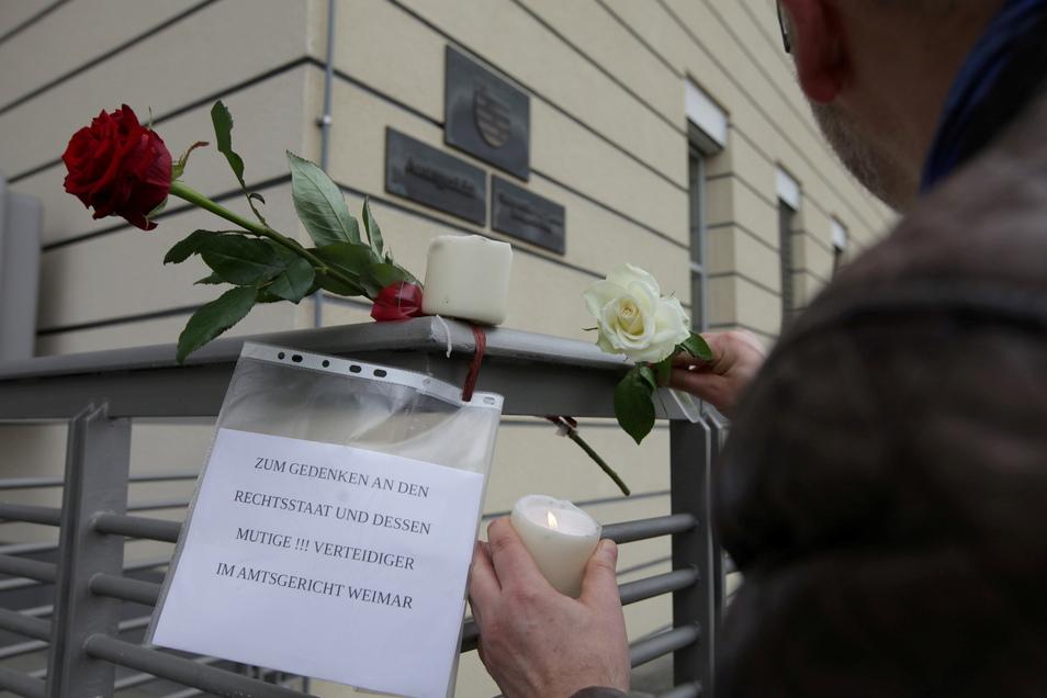 Als Trauerbekundung gekleidete politische Aktion am Amtsgericht Pirna. Rosen für einen thüringer Amtsrichter, der Masken- und Testpflicht aufgehoben hatte.