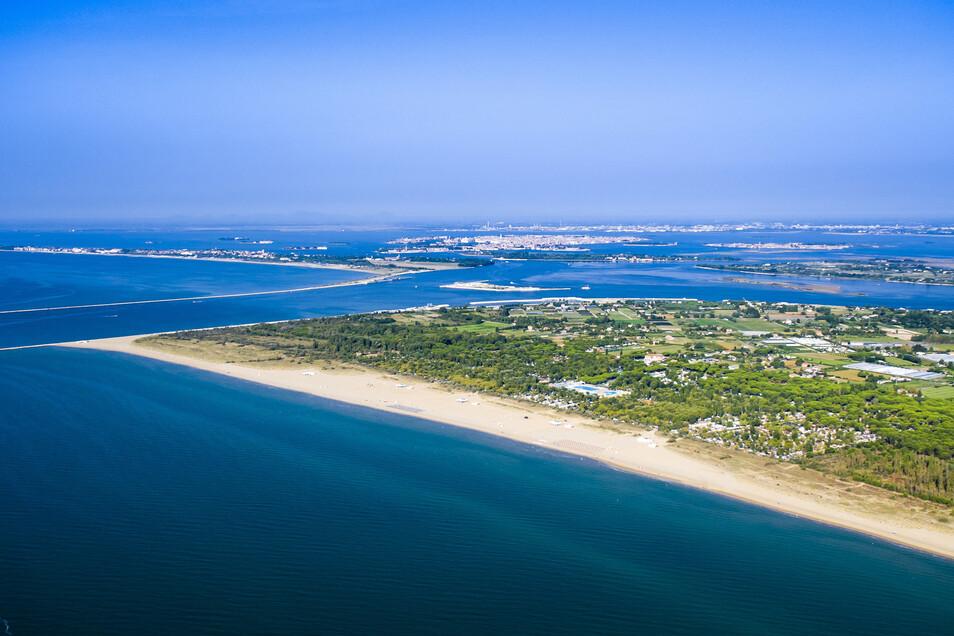"""Die """"Marina"""" mit großem Poolbereich erstreckt sich auf 1,2 Kilometern Länge, nur eine halbe Bootstunde entfernt von Venedig (im Bildhintergrund)."""
