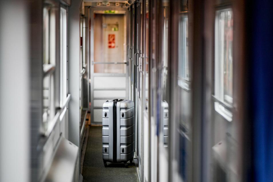 Ein Koffer steht vor den Schlafabteilen des des neuen Alpen-Sylt-Nachtexpress von Sylt nach Salzburg des Bahnanbieters RDC im Gang.