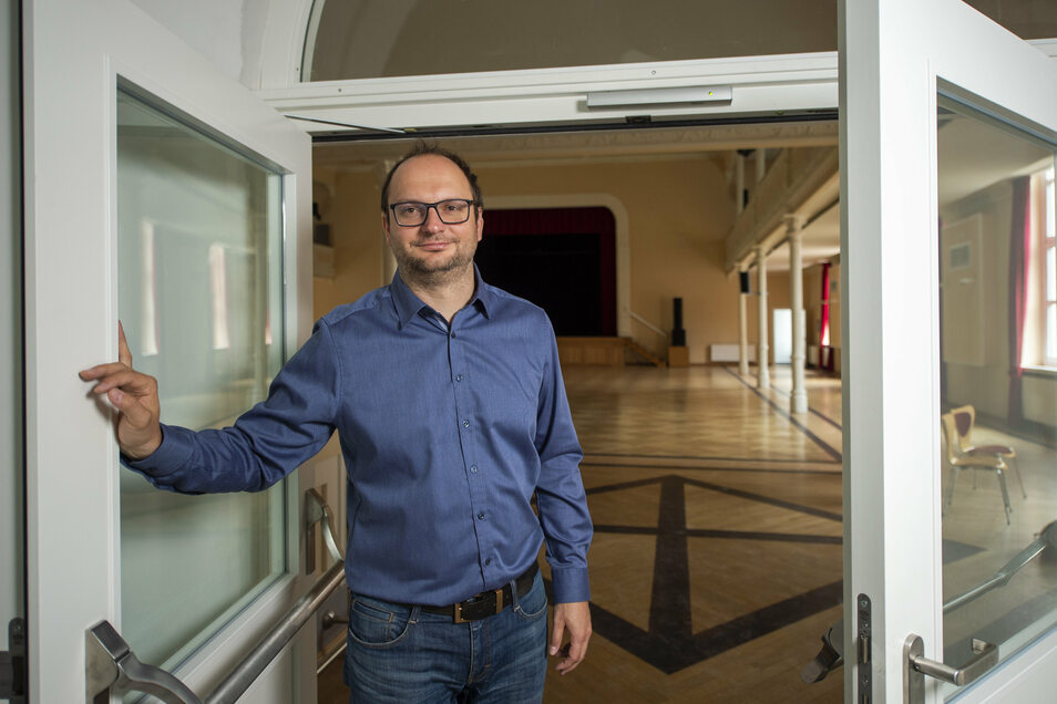 Der Chef der Coswiger Kulturgesellschaft Thomas Kretschmer vor dem Saal der Börse. Die halb geöffnete Tür ist Teil des neuen Brandschutzsystems, das während der Schließzeit der letzten Monate eingebaut worden ist.