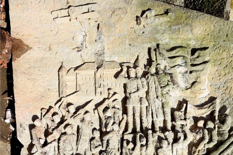 Bei näherem Hinsehen entdeckt man auch einen Großenhain-Bezug: zu erkennen sind das Rathaus sowie zwei Flugzeuge.