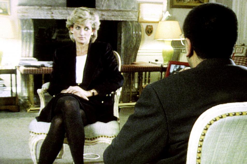 Prinzessin Diana 1995 im Gespräch mit BBC-Reporter Martin Bashir beim Interview des britische Fernsehsenders BBC.