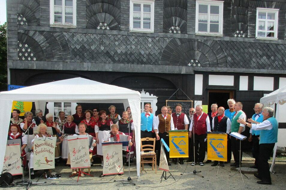Die Aberschbächer Heedelirchn und Edelroller Ebersbach - hier vor der Alten Mangel - bei einem ihrer Auftritte.