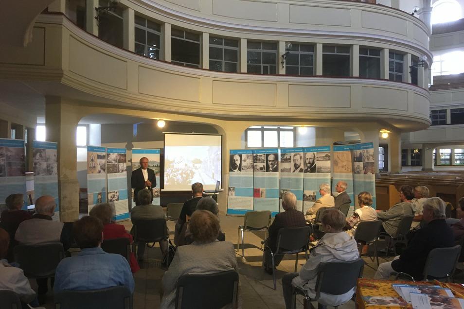 Ausstellungseröffnung mit den Jungsenioren der Kirchgemeinde und Pfarrer Andreas Kecke aus Radeburg.