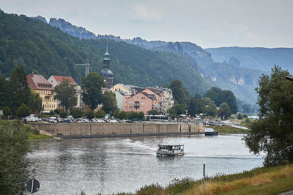 Die Fähre zwischen Bad Schandau Elbkai und Nationalparkbahnhof fährt an vier Tagen abends früher.