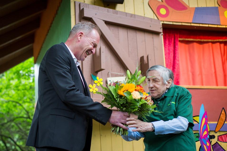 Zoo-Chef Karl-Heinz Ukena dankte Flinner mit warmen Worten und einem Blumenstrauß.