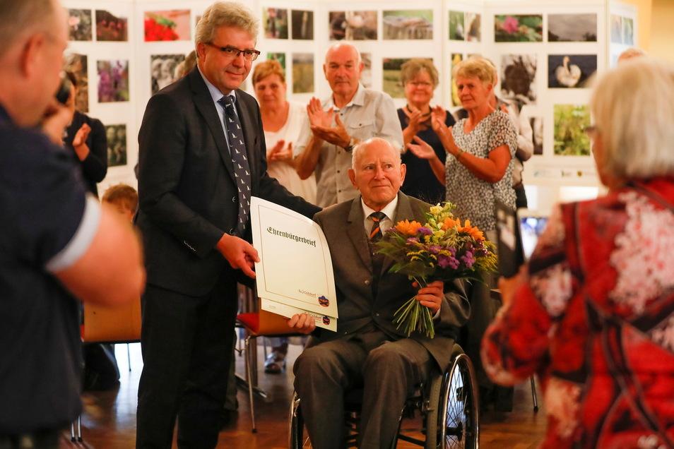 Am Sonntagvormittag hat Großschönaus Bürgermeister Frank Peuker Gottfried Pilz die Ehrenbürger-Würde der Gemeinde verliehen.