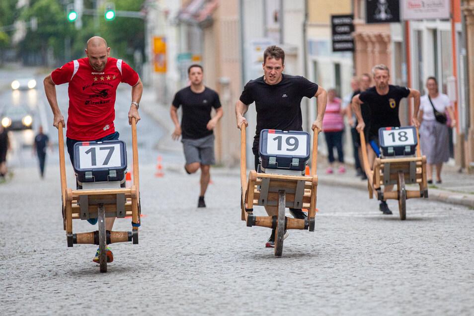 Kein Stadtfest in Bischofswerda ohne Schiebockrennen: Diesmal waren bei den Männern und Frauen jeweils drei Teams mit zwei Läufern am Start. Gelaufen wurde auf der Dresdner Straße.