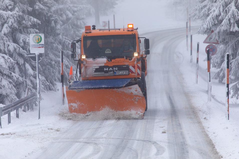 Der Winterdienst ist auf einer Straße am Fichtelberg im Einsatz.