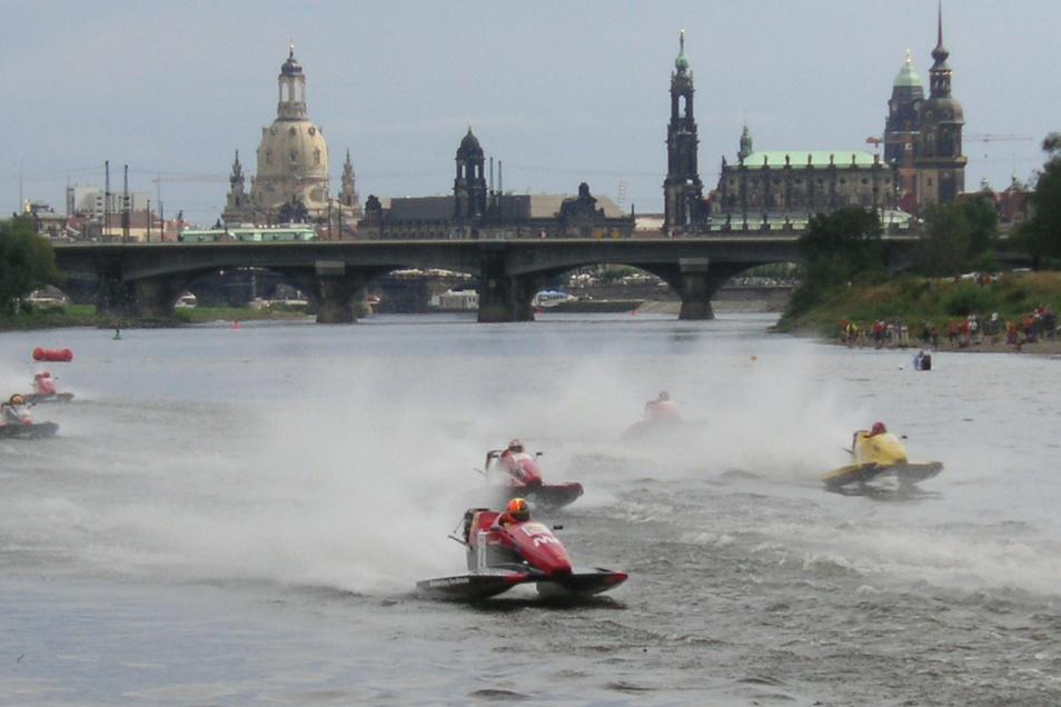 Pro Motorsport: Der ADAC Sachsen tritt unter anderem als Veranstalter von Bootsrennen auf. Dieses hier fand vor der historischen Silhouette der Dresdner Altstadt statt.