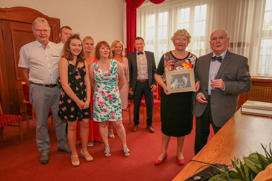 Monika und Hermann Feldmann aus Döbeln (rechts) feiern nachträglich ihren 60. Hochzeitstag. Zur Feier des Tages ging es noch einmal ins Standesamt.