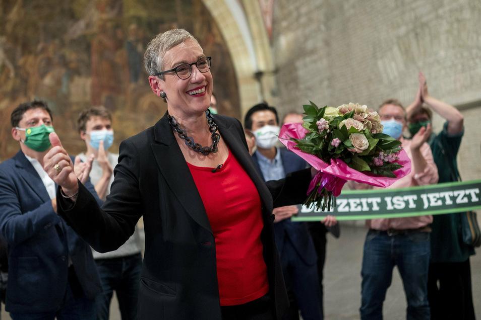 Sibylle Keupen, Oberbürgermeisterkandidatin von Bündnis 90/Die Grünen für die Stadt Aachen, freut sich während der Auszählung der Wahlergebnisse der Stichwahl.